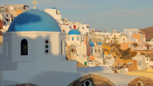 vídeos de stock, filmes e b-roll de oia blue domes evening rt 2 - oia santorini