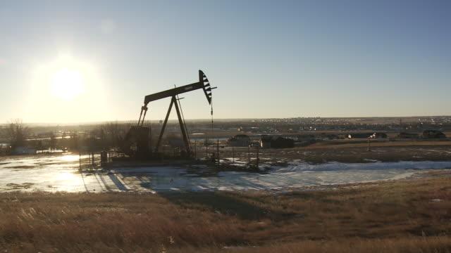 vidéos et rushes de oil and gas fracking and drilling rig/pump jack in williston, north dakota. - dakota du nord