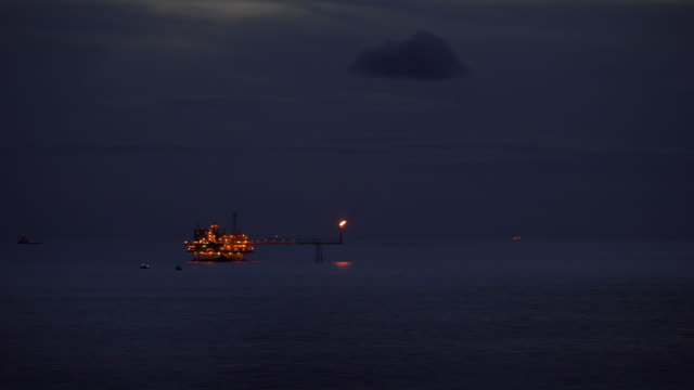 vidéos et rushes de plateforme de production pétrolière et gazière dans l'océan de la nuit - plateforme