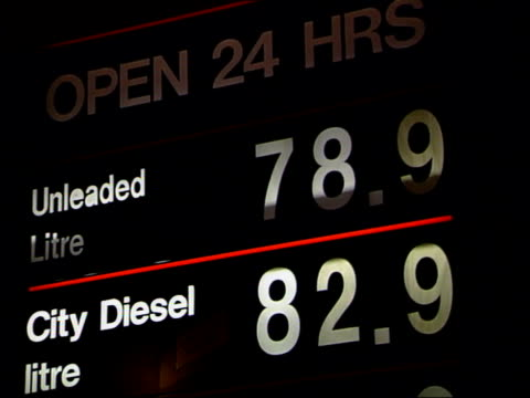 vídeos de stock e filmes b-roll de oil companies under pressure to cut petrol prices lib london sainsbury's petrol station as cars along cms 'unleaded litre 789 city diesel 829' on... - sainsburys
