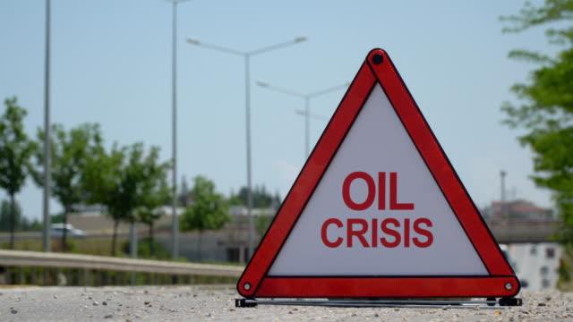 vídeos de stock, filmes e b-roll de crise do petróleo-sinal de tráfego - óleo de motor