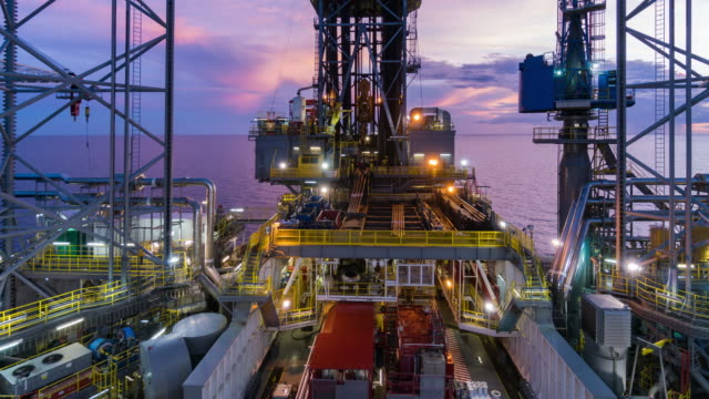 vídeos de stock, filmes e b-roll de equipamento operação tempo lapso de noite para o dia de perfuração de petróleo - plataforma marítima
