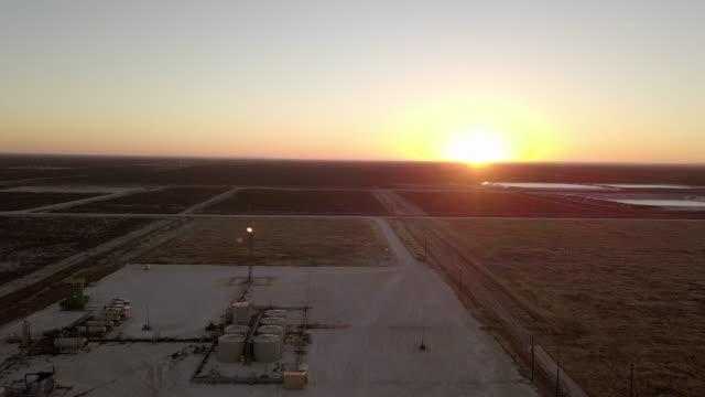 stockvideo's en b-roll-footage met olieveld fracking locatie gasfabriek brandstofverbruik uit locatie met vlammen bij zonsondergang in de delaware river basin - schalie