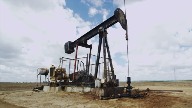 vidéos et rushes de oil field pumpjack in california - tour de forage