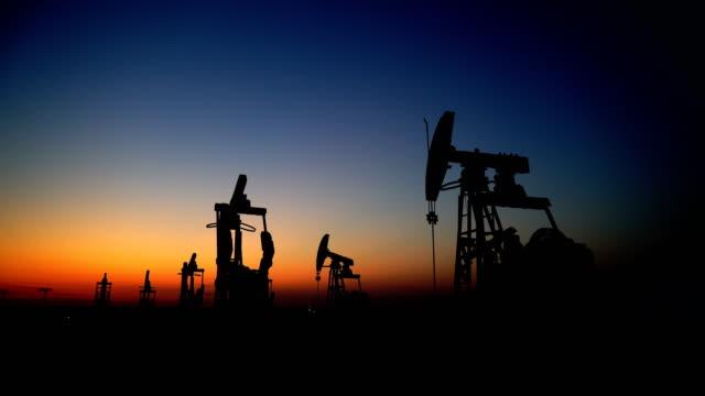vídeos de stock, filmes e b-roll de campo petrolífero - poço de petróleo