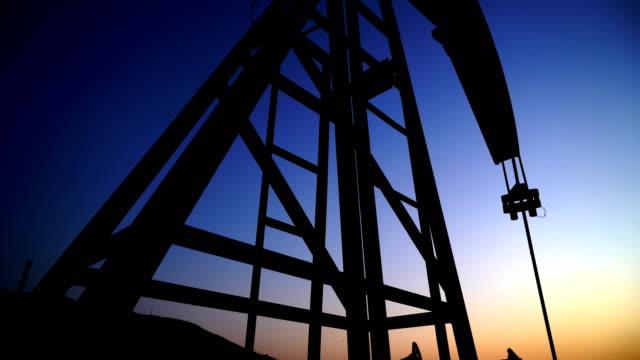 vídeos de stock, filmes e b-roll de campo petrolífero - abastecendo