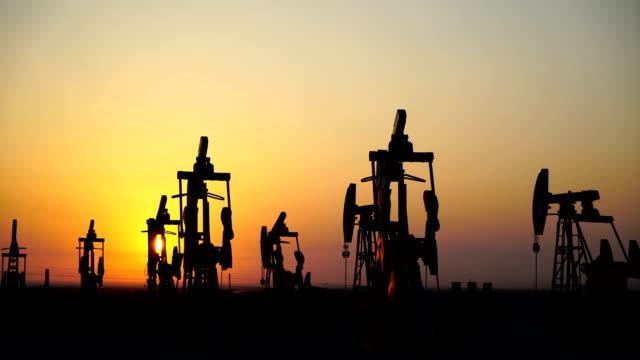 oil field - ölindustrie stock-videos und b-roll-filmmaterial