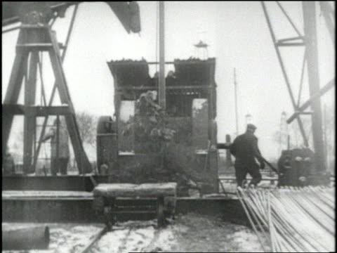 vídeos de stock, filmes e b-roll de oil gushes out of pipes at an oil well in alaska - poço de petróleo
