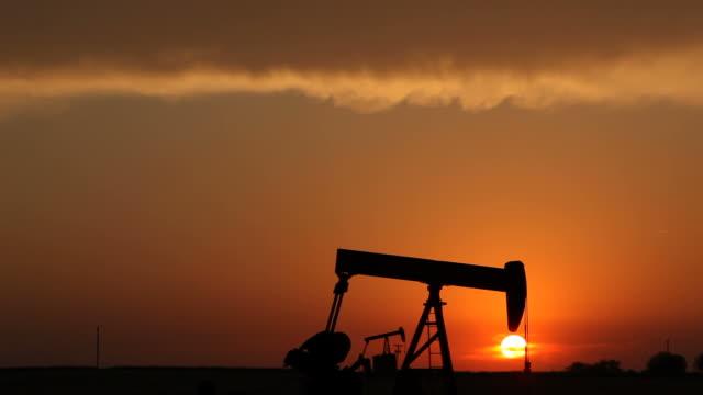 stockvideo's en b-roll-footage met oil industry and sunset - schalie