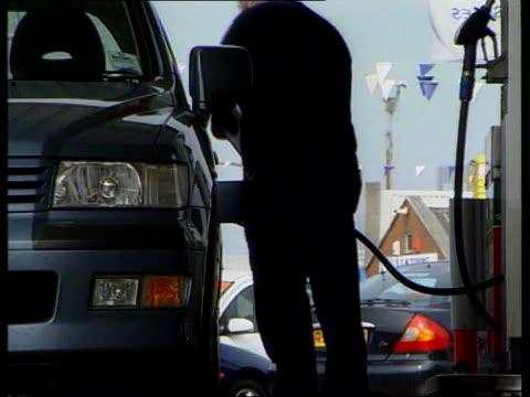 oil industry warns of rise in petrol prices itn lib silhouette of man filling car with petrol la ms man filling car with unleaded petrol la ms petrol... - tonad bild bildbanksvideor och videomaterial från bakom kulisserna