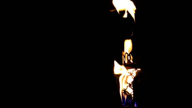 vidéos et rushes de lampe à huile dans la nuit sur le balcon. - kérosène
