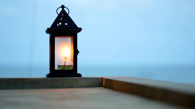 vidéos et rushes de lampe à huile au crépuscule sur le balcon. - kérosène