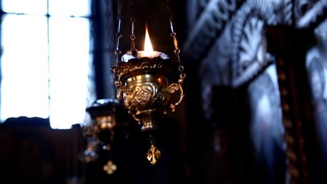 vidéos et rushes de lampe à huile dans l'église orthodoxe - kérosène