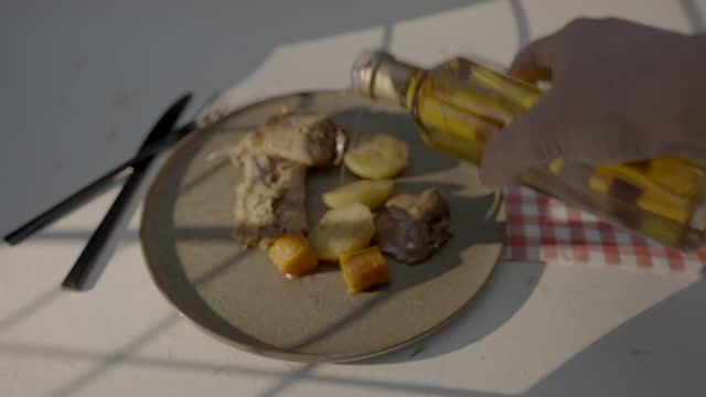 stockvideo's en b-roll-footage met oil on rabbit dish - tafelmanieren