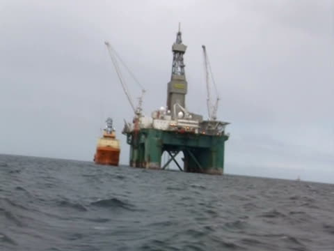 oil platform in the falklands - isole dell'oceano atlantico video stock e b–roll