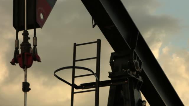 vídeos de stock, filmes e b-roll de bomba de óleo em close-up com som - poço