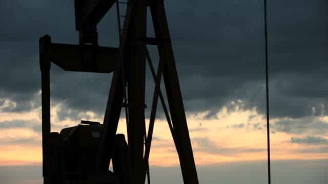 pompa dell'olio di sera hd1080 - elica parte di macchina video stock e b–roll