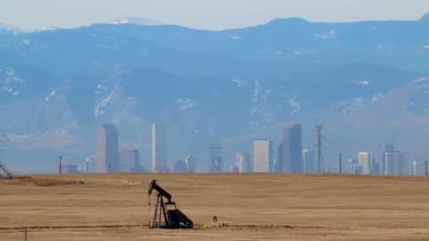 olja pump jack downtown denver colorado klippiga bergen - oljepump bildbanksvideor och videomaterial från bakom kulisserna