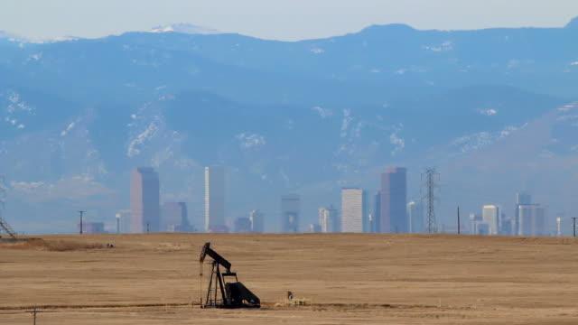 olio pompa jack centro di denver colorado montagne rocciose - trivella petrolifera video stock e b–roll