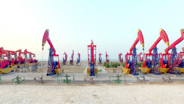 oil pump auf die in shandong, china, aufnahmen von hintergrundgeräusche - tankstelle stock-videos und b-roll-filmmaterial