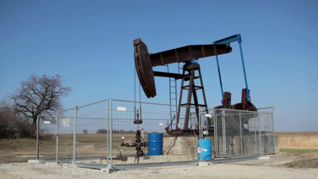 vídeos de stock, filmes e b-roll de bomba de óleo - poço de petróleo