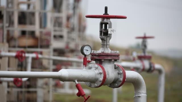 "vídeos de stock e filmes b-roll de oil pumping jacks, also known as ""nodding donkeys"", operate in an oilfield. oil fell below $42 a barrel in new york at the start of a week that will... - preço"