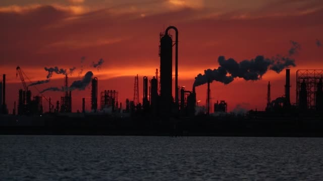 vídeos de stock e filmes b-roll de oil refineries are pictured in texas city texas us on thursday feb 16 2017 shots wide shots of entire oil refineries as the sun goes down creating... - perfurar