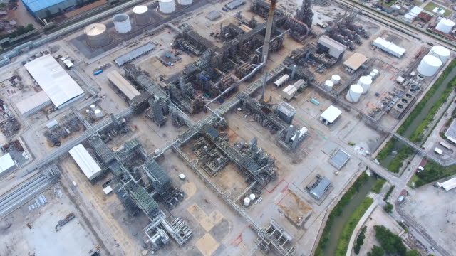 vídeos de stock e filmes b-roll de oil refinery and chemical plant with complex pipe in aerial view - gerador