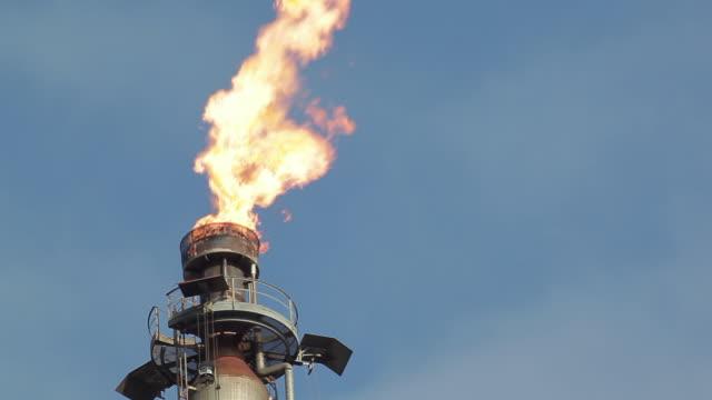 vídeos de stock, filmes e b-roll de oil refinery and gas burning in america - poço de petróleo