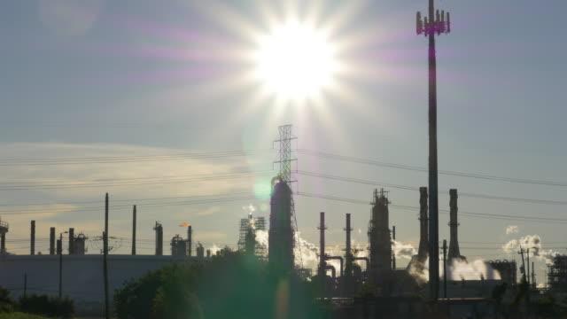 oil refinery and sunlight - dämmerung stock-videos und b-roll-filmmaterial