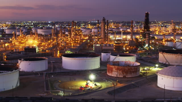 vídeos de stock e filmes b-roll de oil refinery at dusk - drone shot - wilmington cidade de los angeles