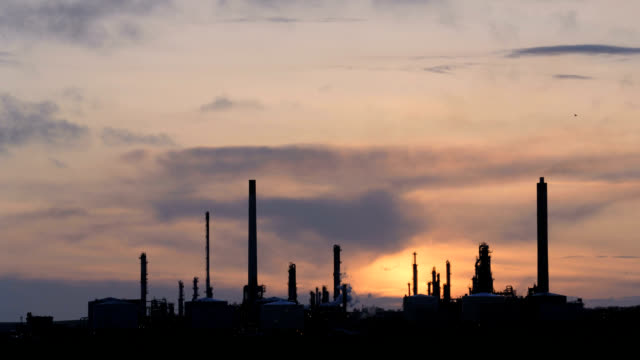 "stockvideo's en b-roll-footage met ""oil refinery at sunset, timelapse"" - pembrokeshire"