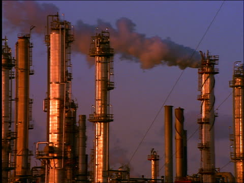 oil refinery containers + smokestacks blowing smoke / galveston, texas - 1996年点の映像素材/bロール