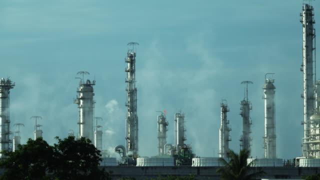 温室効果ガスを排出する石油精製所。 - 工場の煙突点の映像素材/bロール