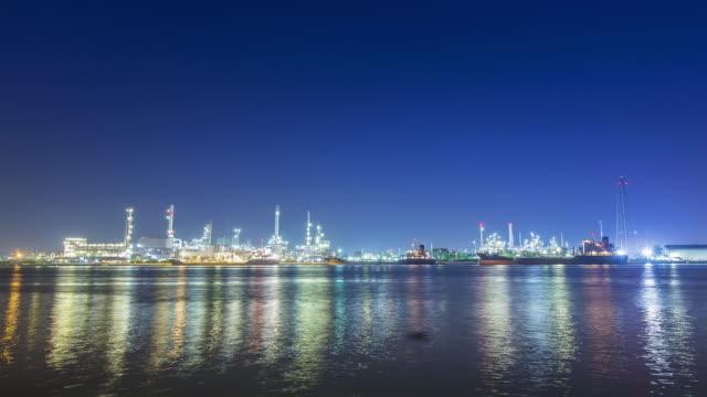 vídeos de stock e filmes b-roll de oil refinery factory at full moon - fábrica petroquímica