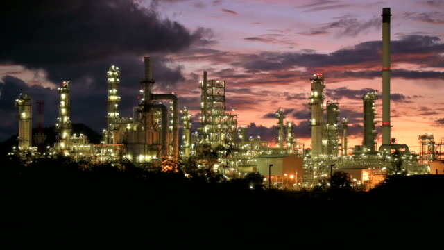 oil refinery factory at twilight - improvement stock videos & royalty-free footage