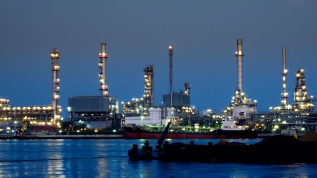 Öl-Raffinerie Werk Zeitraffer Dämmerung bis Nacht, Rauszoomen
