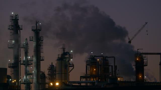 oil refinery in the dusk - 天然ガス点の映像素材/bロール