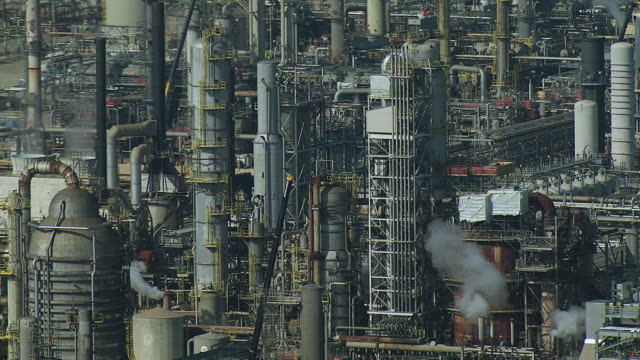 oil refinery in torrance california - industria petrolifera video stock e b–roll