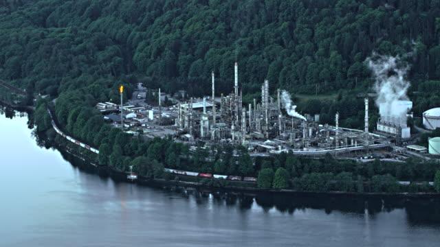 vídeos de stock, filmes e b-roll de aerial oil refinery in vancouver - refinaria