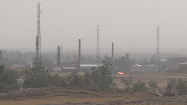 oil refinery on border between isis and peshmerga territory - isil konflikt stock-videos und b-roll-filmmaterial