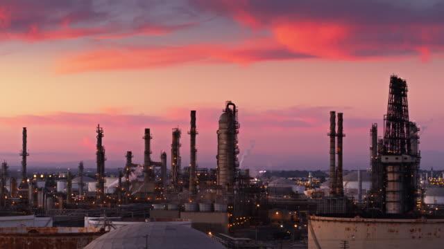 vídeos de stock e filmes b-roll de oil refinery on colorful sunset - drone shot - wilmington cidade de los angeles