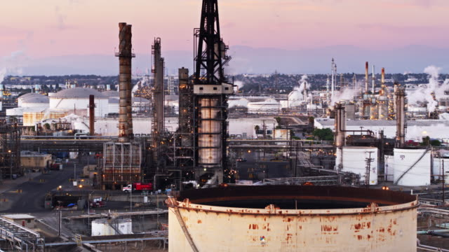 vídeos de stock e filmes b-roll de oil refinery on the edge of los angeles at dusk - drone shot - wilmington cidade de los angeles
