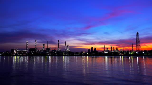 stockvideo's en b-roll-footage met 4k: olieraffinaderijen, petrochemische plant bij zonsopgang met reflectie - motor oil