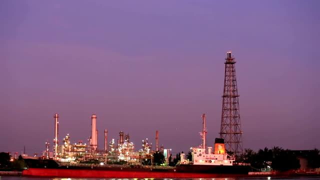 vidéos et rushes de hd: raffinerie de pétrole de l'usine et navire-citerne de travail au crépuscule - hd format