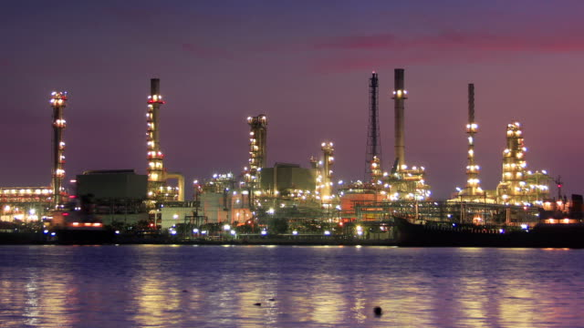 vídeos de stock e filmes b-roll de planta de refinaria de petróleo no crepúsculo de manhã - indústria petrolífera