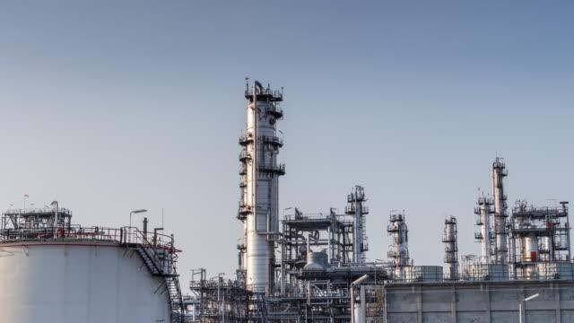 öl-raffinerie werk tag bis nacht - geografische lage stock-videos und b-roll-filmmaterial