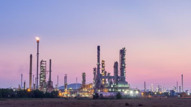 vídeos de stock, filmes e b-roll de refinaria de petróleo de planta nascer da noite para o dia - metarlúgica
