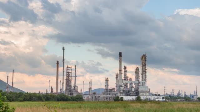 oil refinery power station petrochemische fabrik - ölindustrie stock-videos und b-roll-filmmaterial
