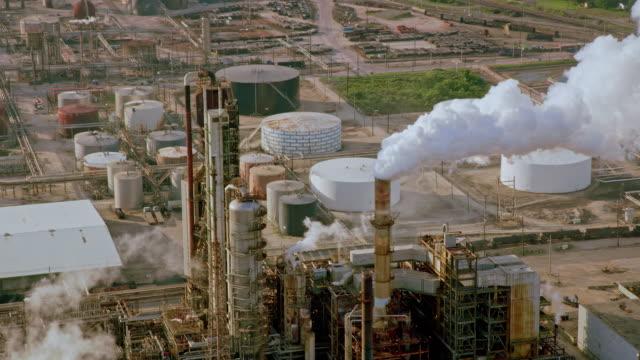 aerial ölraffinerietürme, die rauchschwaden aussenden - texas stock-videos und b-roll-filmmaterial
